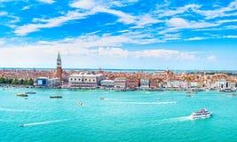 Вид с воздуха Венеции панорамный, аркада Сан Marco с колокольней Стоковые Фото
