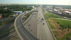 Вид с воздуха взаимообмена шоссе в городе Москвы акции видеоматериалы