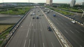 Вид с воздуха взаимообмена шоссе в городе Москвы сток-видео