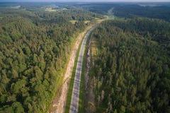 Вид с воздуха вождения автомобиля на дороге в древесинах стоковые изображения rf