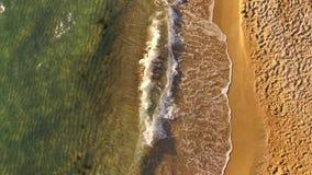 вид с воздуха Волны брызгая вдоль пляжа внутри акции видеоматериалы