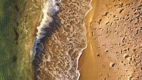 вид с воздуха Волны брызгая вдоль пляжа в Крыме сток-видео