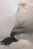 Вид с воздуха вулкана Tungurahua извергая золу и газ Стоковая Фотография