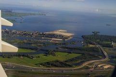Вид с воздуха гавани груза от иллюминатора реактивного самолета Стоковое Изображение