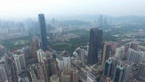 Вид с воздуха горизонта Шэньчжэня, Китая под погодой smokey акции видеоматериалы