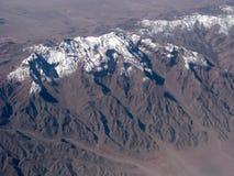 Вид с воздуха горных пиков стоковое фото