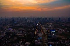 Вид с воздуха города Бангкока и скоростной дороги движения с горизонтом Стоковые Фотографии RF