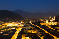 Вид с воздуха города Зальцбурга на сумраке, Австрии стоковые изображения rf