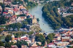 Вид с воздуха города Тбилиси с церковью o Рекы Kura и Metekhi Стоковое Фото
