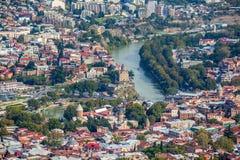 Вид с воздуха города Тбилиси с церковью o Рекы Kura и Metekhi Стоковые Изображения RF