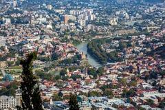 Вид с воздуха города Тбилиси с церковью o Рекы Kura и Metekhi Стоковое фото RF
