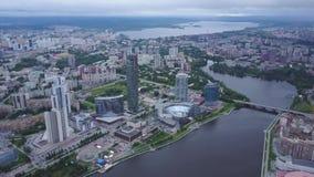 Вид с воздуха городской Москвы рассматривая река Москва Взгляд сверху среднего городка в Москве Русская антенна горизонта города сток-видео