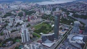 Вид с воздуха городской Москвы рассматривая река Москва Взгляд сверху среднего городка в Москве Русская антенна горизонта города видеоматериал