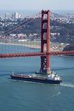 Вид с воздуха грузового корабля проходя под мост золотого строба Стоковая Фотография