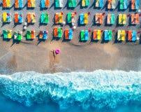 Вид с воздуха лежа женщины с кольцом заплыва в море Стоковое Фото