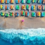 Вид с воздуха лежа женщины с кольцом заплыва в море Стоковое Изображение RF