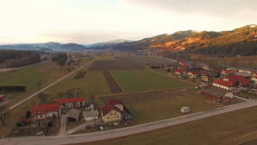 Вид с воздуха деревни в долине горы на зиме сток-видео
