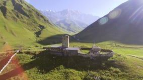 Вид с воздуха деревни Ushguli на ноге Mt Shkhara Верхнее Svaneti, Georgia видеоматериал