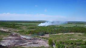 Вид с воздуха лесного пожара и дыма сток-видео