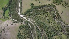 Вид с воздуха летания видео запаса высокогорный перепада реки видеоматериал