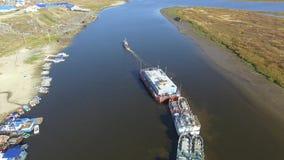 Вид с воздуха ледовитых тундры и реки с промышленными кораблями Паром груза 4K сток-видео