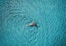 Вид с воздуха женщины заплывания в Средиземном море Стоковое фото RF