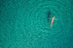 Вид с воздуха женщины заплывания в Средиземном море Стоковое Изображение