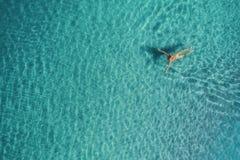 Вид с воздуха женщины заплывания в Средиземном море Стоковые Изображения