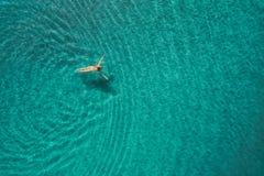 Вид с воздуха женщины заплывания в Средиземном море Стоковое Фото