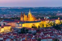 Вид с воздуха замка собора и Праги St Vitus (Hradcany) на ноче стоковое изображение rf