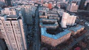 Вид с воздуха зданий района города спальни многоэтажных живущих видеоматериал