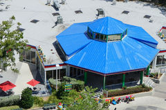 Вид с воздуха здания с голубой крышей в Лейкленде, Флориде Стоковое Изображение
