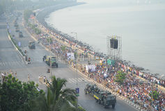 Вид с воздуха индийского парада дня республики на морском приводе в Мумбае