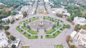 Вид с воздуха квадрата VDNKh в Москве, людях идя на выходные акции видеоматериалы