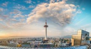 Вид с воздуха Киото на заходе солнца с горизонтом башни и города стоковое изображение