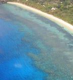 Вид с воздуха кораллового рифа и тропического пляжа Стоковые Фото