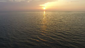 Вид с воздуха красивого захода солнца над морем видеоматериал