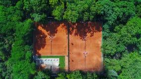 Вид с воздуха красивого зеленого парка и внешней спортивной площадки стоковое фото rf