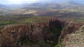 Вид с воздуха красивой дороги пропуская через каньон в Армении акции видеоматериалы