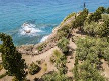 Вид с воздуха креста на мысе святилища isola ` Dell Santa Maria, Tropea, Калабрии, Италии Стоковые Изображения RF
