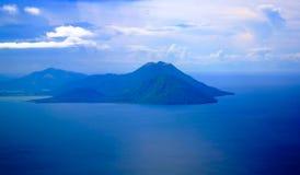 Вид с воздуха к вулкану Tavurvur, Rabaul, острову New Britain, Папуаой-Нов Гвинее Стоковое фото RF