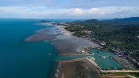 Вид с воздуха Марины деревни рыболова на тропическом острове Стоковое фото RF