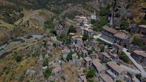 Вид с воздуха малой деревни Pentedattilo, церков и руин покинутой деревни, греческой колонии на держателе Calvario, которого акции видеоматериалы