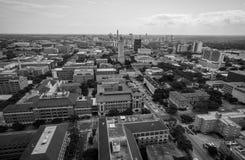 Вид с воздуха над башней UT и городской пейзаж горизонта Остина Техаса в славном летнем дне черно-белом Стоковые Изображения