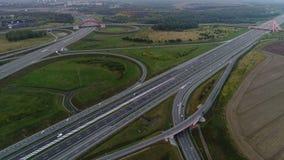 Вид с воздуха на движении вечера на соединении шоссе сток-видео