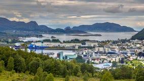 Вид с воздуха над городком Ulsteinvik стоковые фото
