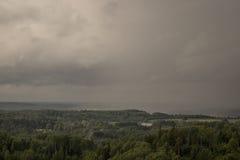 Вид с воздуха над зеленым лесом в вечере Пасмурная тайна Ландшафты Латвии Стоковая Фотография RF