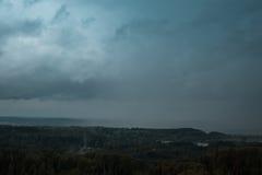 Вид с воздуха над зеленым лесом в вечере Пасмурная тайна Ландшафты Латвии Стоковое фото RF