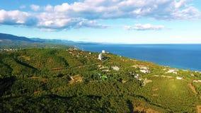 Вид с воздуха на красивом ландшафте, море, горах, лесе и голубом небе акции видеоматериалы
