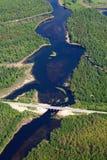 Вид с воздуха над мостом на малом реке леса стоковое фото rf